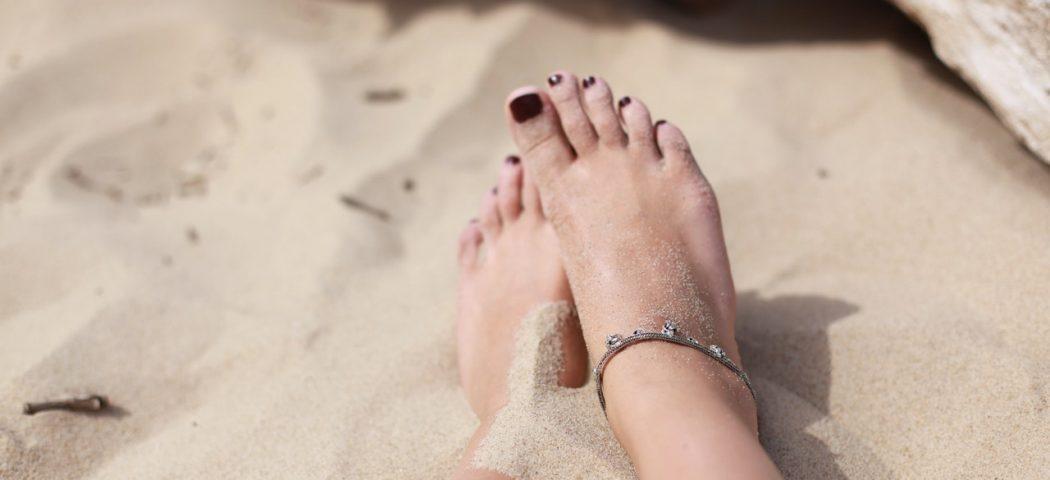 Come curare piedi e unghie in estate: idratanti e antimicotici