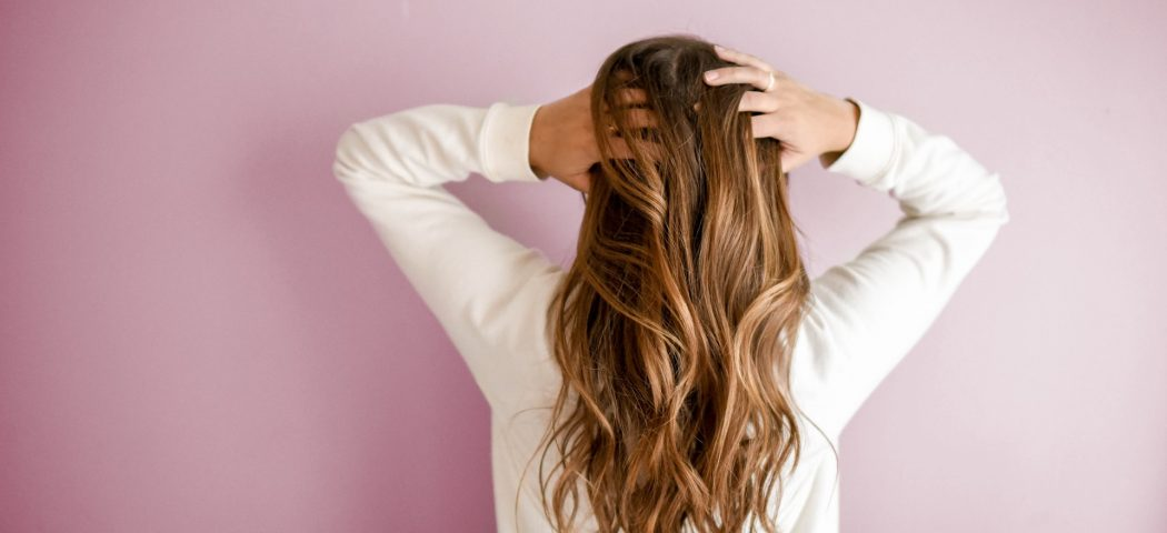 Cause e rimedi caduta capelli: ormoni, malattie e altre cause